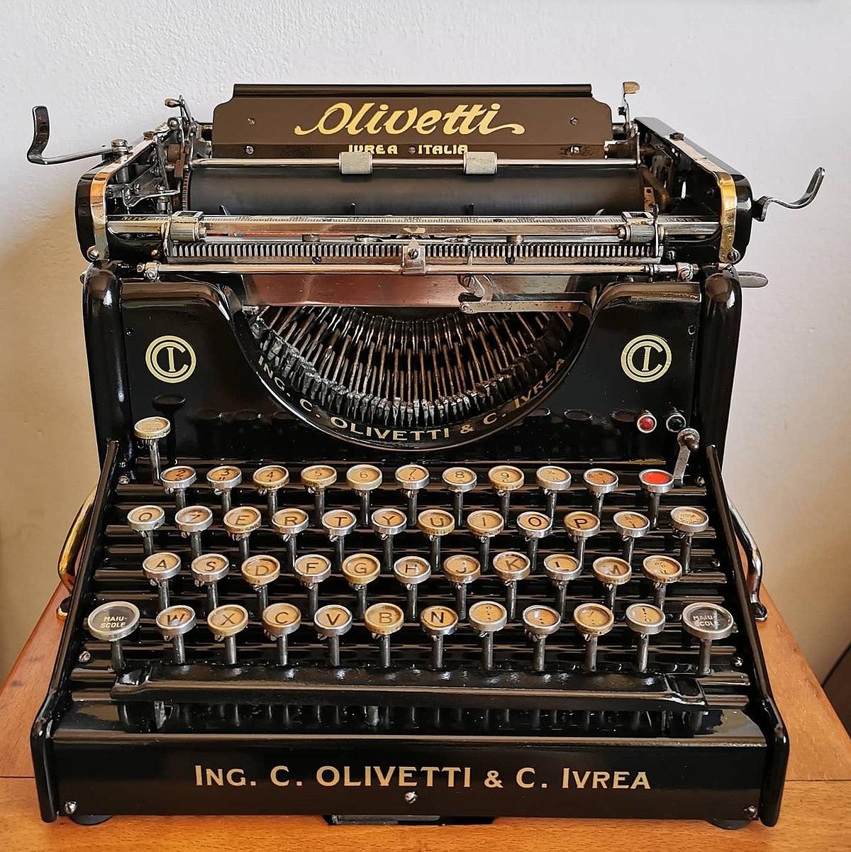 Macchina da scrivere Olivetti Modello M1. Fonte dominio pubblico https://it.wikipedia.org/wiki/Olivetti_M1