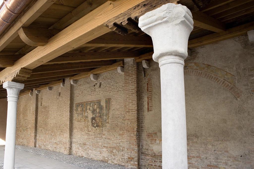 Il chiostro della Chiesa di Santa Margherita dopo il restauro. Foto: https://percevalasnotizie.wordpress.com/2020/12/02/treviso-restaurato-il-chiostro-dove-venne-sepolto-pietro-alighieri-foto/